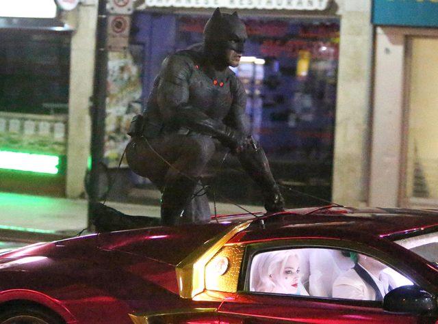 画像: http://www.eonline.com/news/660987/suicide-squad-spoilers-batman-the-joker-harley-quinn-appear-in-chase-scene-see-set-photos