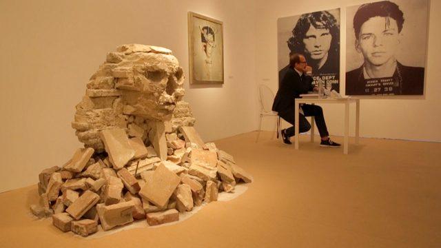 画像4: ※BANKSYとは・・ 正体不明のストリートアーティスト。世界各地でゲリラ的に作品を描くことで知られている。彼が壁や路上に「違法」に描いたグラフィティは世界的な注目を浴び、驚くほどの高値を呼んでいる。ブラッド・ピットやアンジェリーナ・ジョリー、キアヌ・リーブズ、ジュード・ロウ、クリスティーナ・アギレラなどのセレブにも彼のファンは多い。 自らの作品をMoMA、メトロポリタン美術館、大英博物館などに無断で展示したり、ヨルダン川西岸のパレスチナ自治区の分離壁に、イスラエル軍から威嚇砲弾されながら描いたり、仏カレーの難民キャンプにシリア移民の父を持つ故スティーブ・ジョブズを描くなど、つねに作品で問題提起をしており、議論を巻き起こしている。
