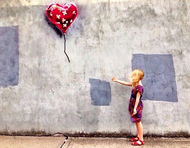 画像2: ※BANKSYとは・・ 正体不明のストリートアーティスト。世界各地でゲリラ的に作品を描くことで知られている。彼が壁や路上に「違法」に描いたグラフィティは世界的な注目を浴び、驚くほどの高値を呼んでいる。ブラッド・ピットやアンジェリーナ・ジョリー、キアヌ・リーブズ、ジュード・ロウ、クリスティーナ・アギレラなどのセレブにも彼のファンは多い。 自らの作品をMoMA、メトロポリタン美術館、大英博物館などに無断で展示したり、ヨルダン川西岸のパレスチナ自治区の分離壁に、イスラエル軍から威嚇砲弾されながら描いたり、仏カレーの難民キャンプにシリア移民の父を持つ故スティーブ・ジョブズを描くなど、つねに作品で問題提起をしており、議論を巻き起こしている。