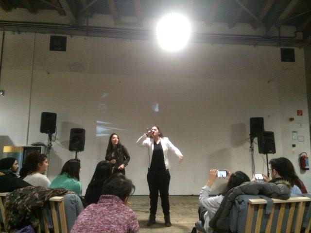画像: ウィーンの90年代に生まれたトルコ系移民について歌ったラップのパフォーマンス( EsRaP)