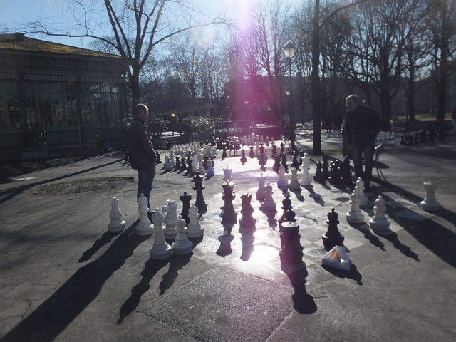 画像: 映画祭の会場から徒歩3分のバスティオン公園内の様子。巨大なチェス盤があり市民が自由にチェスを楽しんでいた。もちろん無料。