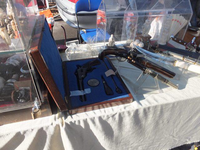 画像: 何気なく銃が売られている。普通に撃てるそう。
