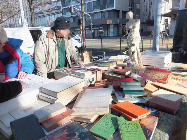 画像: 古本も売っている。通訳Iさんは古本を目当てにときどく来るのだと言う。