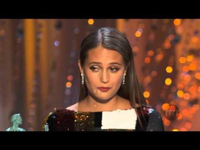 画像: Alicia Vikander Acceptance Speech I 22nd SAG Awards youtu.be