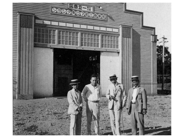 画像: 阪東妻三郎プロダクション(現東映京都撮影所)。左から2番目が阪東妻三郎。ー 場所: 京都文化博物館 映像情報室 The Museum of Kyoto, Kyoto Film Archive