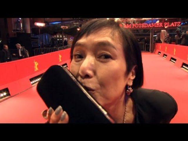 画像: 桃井かおり ベルリン映画祭レッドカーペットに登場 www.youtube.com
