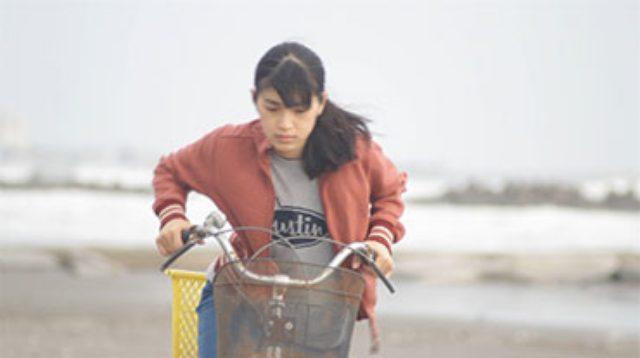画像: 「海辺の暮らし」 汚染され孤立した小さな海辺の町。天涯孤独の女は、英語圏への移住のため、覚せい剤の原料の希少動物ネコムシ(架空の生き物!)を密漁し生計を立てている。ある日密漁を監視する冴えない風貌の男の視線に気づいた「ん?着替えを覗かれた!」 2015年/日本/37分/千葉県初上映 監督/脚本:加藤正顕 出演:坂口真由美、上野皓司、野坂拓彰、青木佳文、磯崎祥吾、小林 遥、角 梓、原田浩二、酒井進吾、 藤井治香、島田 薫