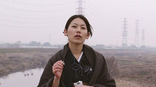 画像: 「グレイト・グランマ・イズ・スティル・アライブ」 田邊麗加と深雪の姉妹が暮らす旧家に、若者たちが休暇を過ごしに集まってくる。ところが皆して麗加を「お婆ちゃん」と呼び気を遣うので、麗加の機嫌は最悪。私は誰よりも若くてピンシャンしてんのに! 2011年/日本/42分 監督/脚本:村松正浩 出演:阿久沢麗加、矢野深雪、相田淑見、安本智、二ノ宮隆太郎、高尾瞳、國生九礼香、杉本香織、 皆川敬介、大木基、八田幸奈、菅野睦子、山田なつき、子安あずき、橋野純平、小林でび