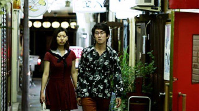 画像: 「悪友の面影」 携帯電話を紛失した五郎は心当たりを訪ね歩き、最後に立ち寄ったのが「先輩」の店であったことを思い出した。しかし携帯がなく先輩の番号がわからないため、先輩を知る旧友の実家を訪ねるが。。 2013年/日本/14分/千葉県初上映 監督/脚本:冨永昌敬 出演:橋野純平、阿久沢麗加(東京)、渡邊琢磨、伏谷淳一、二郷誠、小野寺貴志、後藤重雄、梅津文代、村上元樹&佐々木尚人(通りがかりの高校生)、Bar Road 二郷幸子・好子・愛さん、おでん三吉のみなさん、篠原美弥、千葉加央里、仙台短篇映画祭スタッフ&その友人たち(仙台)