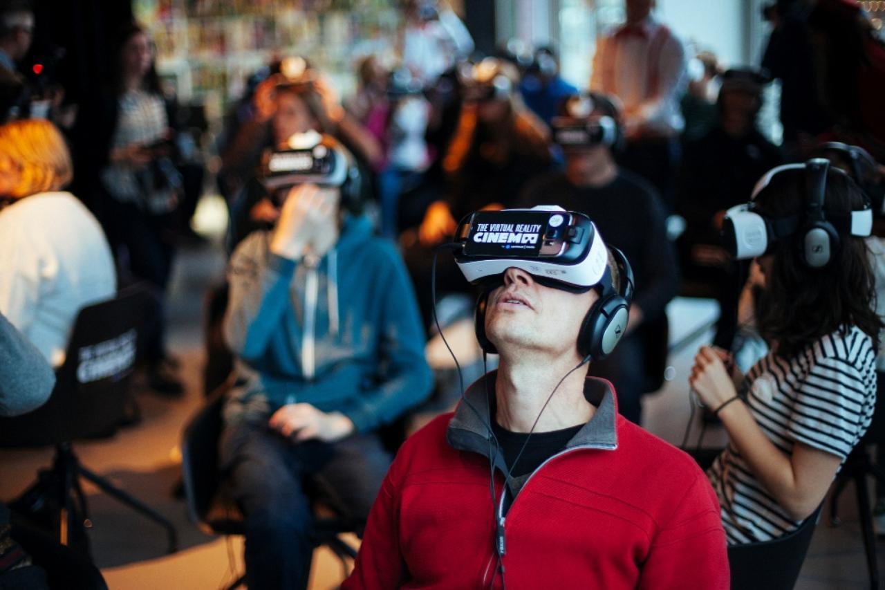 画像2: http://venturebeat.com/2016/03/05/virtual-reality-movie-theaters-are-now-a-thing/