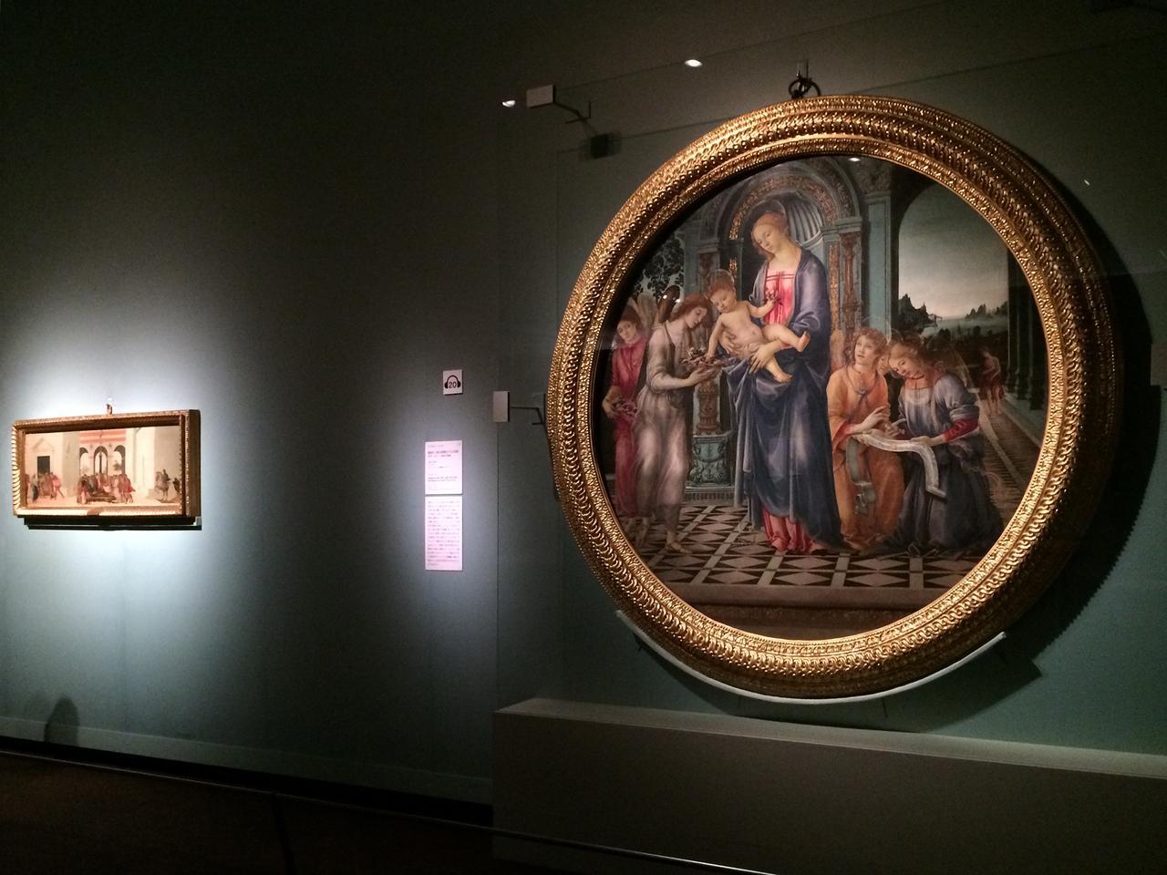 画像: 左:ルクレティアの物語 フィリッピーノ・リッピ 1478年頃 テンペラ/板 ©フィレンツェ、パラティーナ美術館 右:聖母子、洗礼者聖ヨハネと天使たち(コルシーニ家の円形画) フィリッピーノ・リッピ 1481-82年頃 テンペラ/板 ©フィレンツェ、フィレンツェ貯蓄銀行コレクション