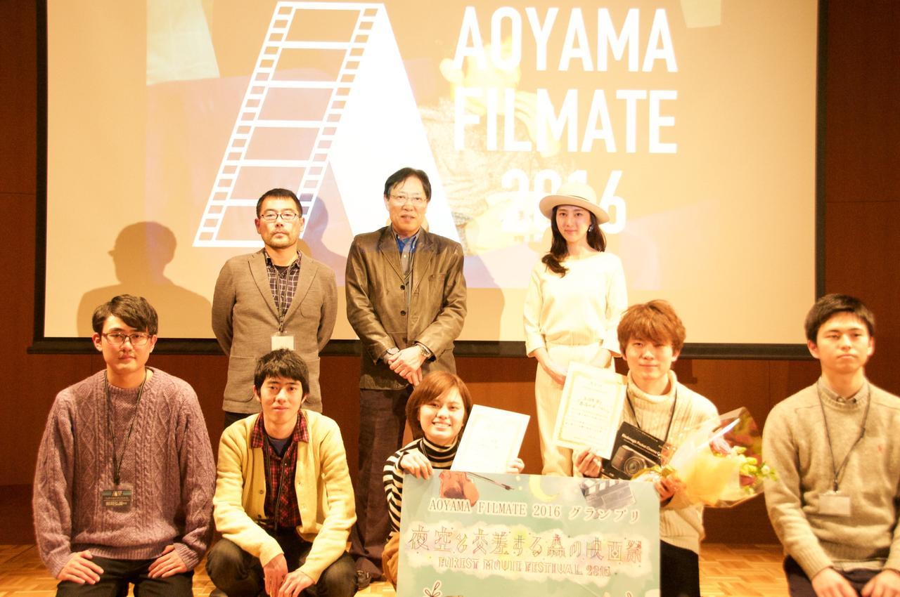 画像: 審査員と受賞者、ノミネート監督一同の記念写真