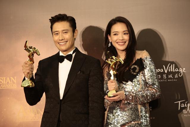 画像: 最優秀男優賞と最優秀女優賞のイ・ビョンホンとスー・チー