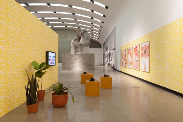 画像: nstallation view: Political Populism, Kunsthalle Wien 2015, Photo: Stephan Wyckoff: Goshka Macuga, Model for a Sculpture (Family), 2011, Courtesy the artist and Andrew Kreps Gallery, New York; Of what is, that it is; Of what is not, that it is not 1, 2012, Courtesy the artist and Prada Collection, Mailand; Jun Yang, Goldenes Zimmer, 2015, Eat Drink Art Business, 2015, Paris Syndrome (Indoor Plants), 2007–ongoing, Wiener Sitzgruppe, 2015, Becoming European or How I grew up with Wiener Schnitzel, 2015, Courtesy the artist and Galerie Martin Janda, Vienna
