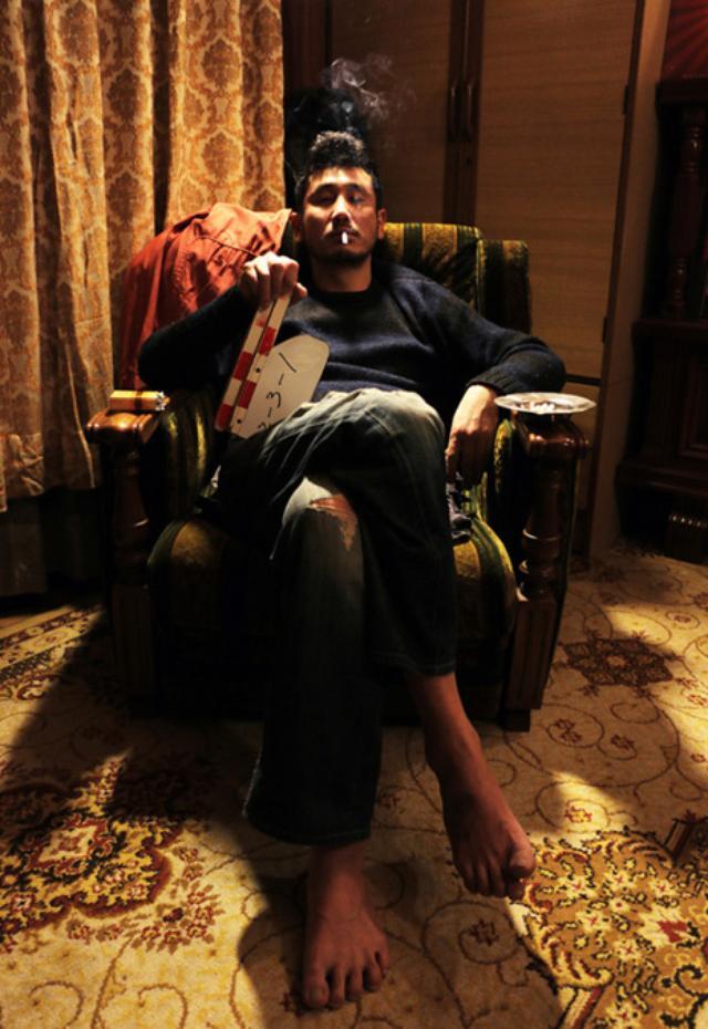 画像: ポスターにも使われた渋川清彦のゲス椅子ポーズ