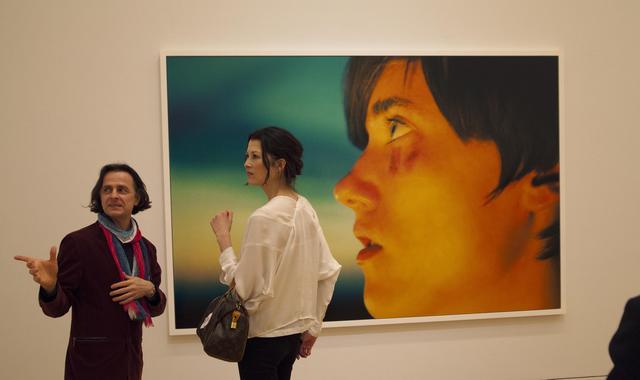 """画像: 展示室では、巨大なプリントが待っている!""""Taylor(Black & Blue / 2012)"""" from """"RYAN MCGINLEY BODY LOUD !"""""""