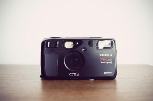画像: ライアンやテリー・リチャードソンが愛用したフィルム装填式コンパクト・カメラの名機 YASHICA T4 SUPER www.oldbrandnewblog.com