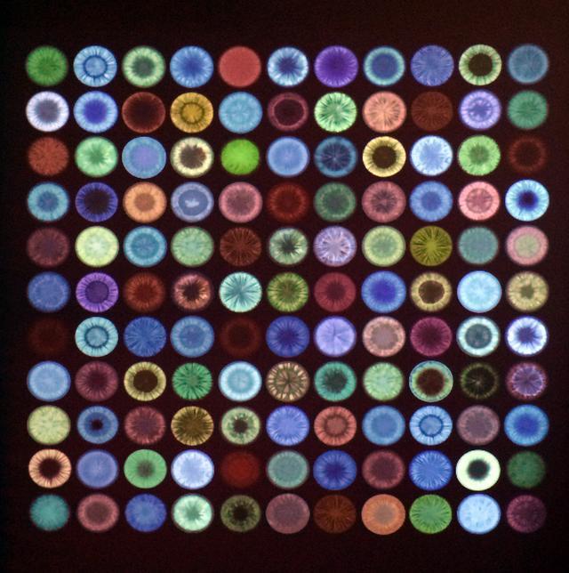 画像: ピクサーのデジタルアーティストたちが、洗練された彩色技術を駆使した作品の細部を紹介する映像より。『カーズ』のキャラクターのために制作された約150もの光彩を映し出す。 編集:ベッキー・ニーマン 彩色:バート・ベリー、ロビン・クーパー、ジェイミー・フライ、イボンヌ・ハーブスト、ブリン・イマギレ、グレン・キム、ジャペ・ピーパー、ベリンダ・ファン・ファルケンバーグ「©Disney/Pixar」 photo©cinefil
