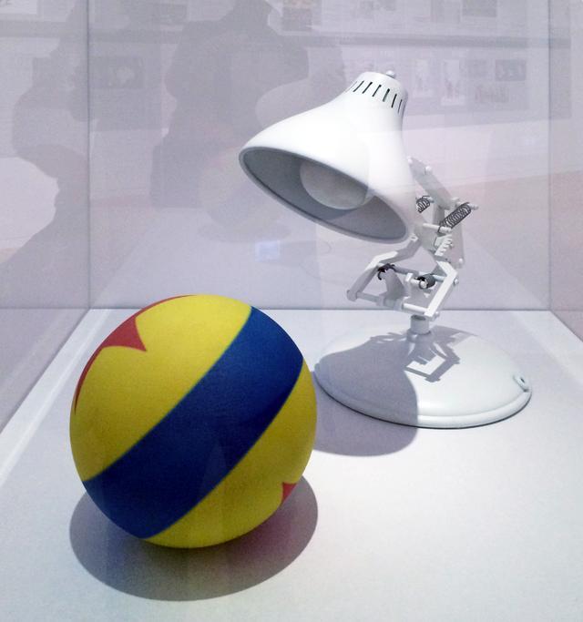 画像: ルクソーjr 制作:デザイン:ネフタリ・アルヴァレス/ 3Dプリント:キャロル・ワン/ ポージング:ウォーレン・トレゼヴァント<ランプとボール>「©Disney/Pixar」 photo©cinefil