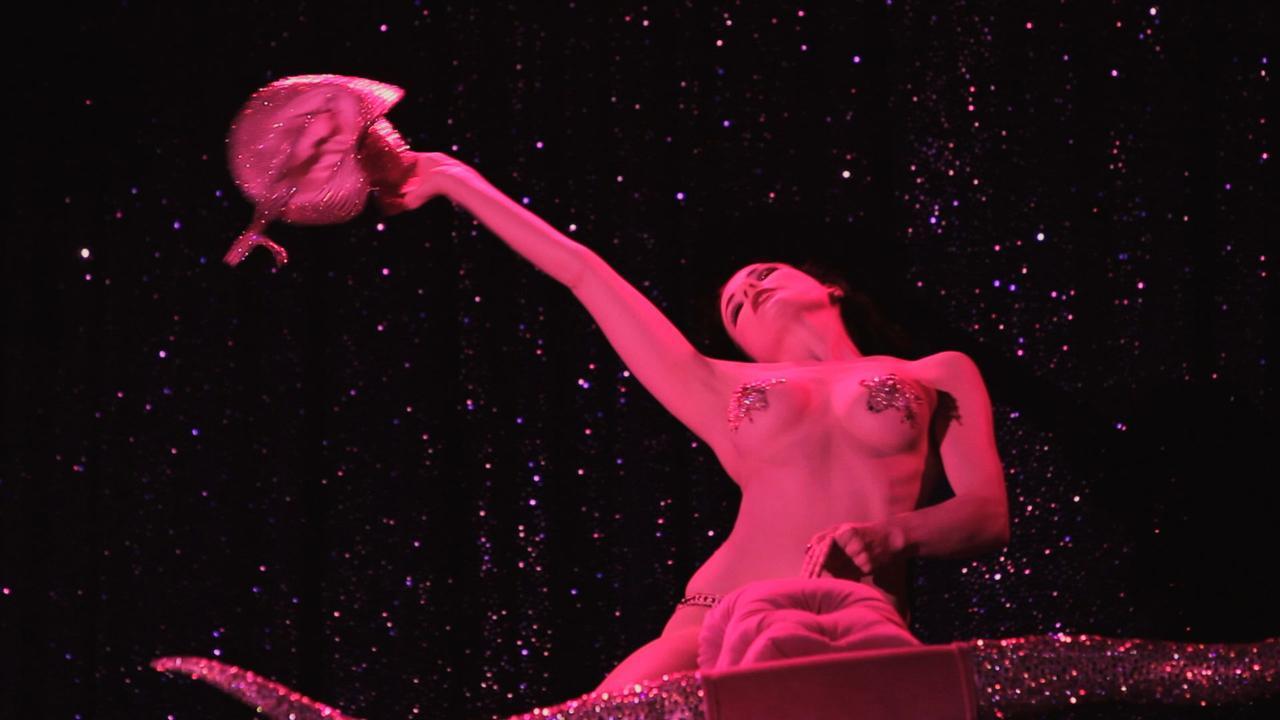 画像: サンセット・ストリップで開かれるショー © 2013, SUNSET STRIP THE MOVIE, LLC. ALL RIGHTS RESERVED
