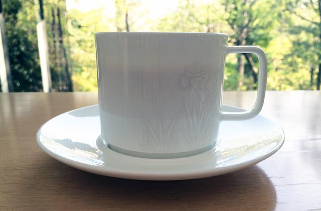 画像: NEZUCAFÉのコーヒーカップにもさりげなくカキツバタの図 photo©cinefil