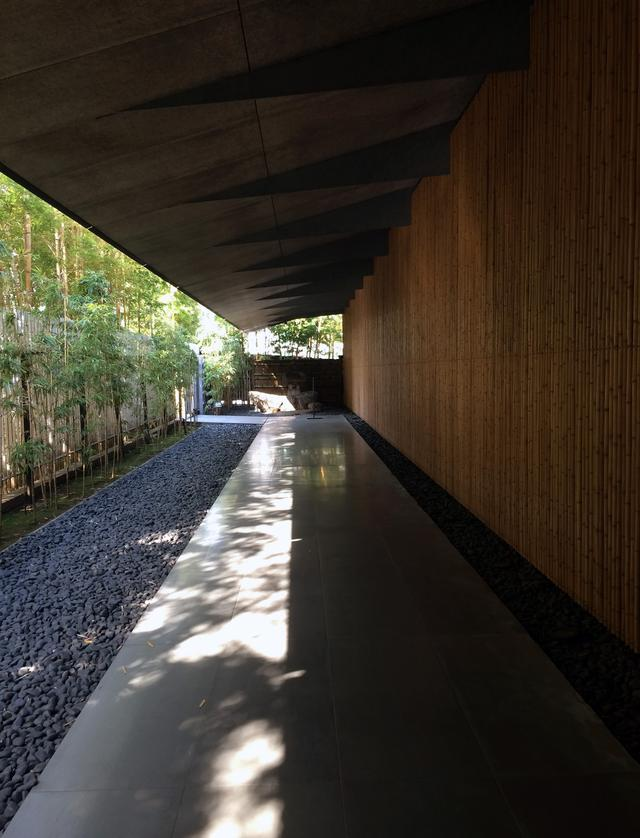 画像: 庇と壁面・床の素材感、そして陰影が美しいアプローチ空間 photo©cinefil
