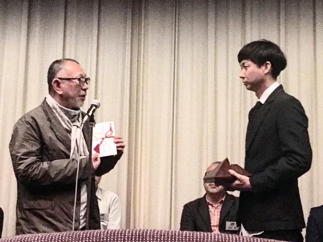 画像: 松永大司監督に贈賞する崔洋一監督協会理事長