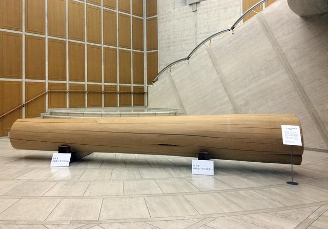 画像: エントランスホールに横たわる巨大な柱 photo©cinefil