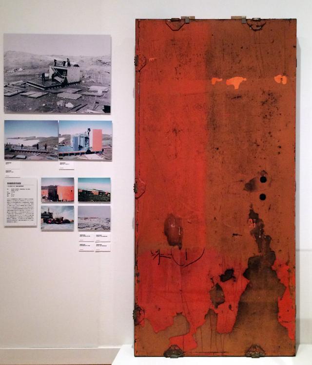 画像: 「夢を追うかたち 技術開発・挑戦」会場風景 「南極観測用施設」。右手は現代アート作品のような壁パネルの実物。 photo©cinefil