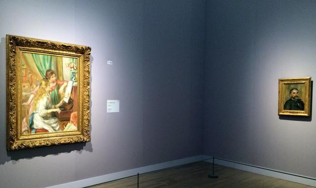 画像: 左:《ピアノを弾く少女たち》 1892年 油彩/カンヴァス オルセー美術館 © RMN-Grand Palais (musée d'Orsay) / Hervé Lewandowski / distributed by AMF 右:《ステファヌ・アラルメの肖像》 1892年 油彩/カンヴァス オルセー美術館(ヴェルサイユ宮殿美術館寄託) © RMN-Grand Palais (musée d'Orsay) / Hervé Lewandowski / distributed by AMF 画面右上に献辞と署名:「マラルメへ/ルノワール」 photo©cinefil