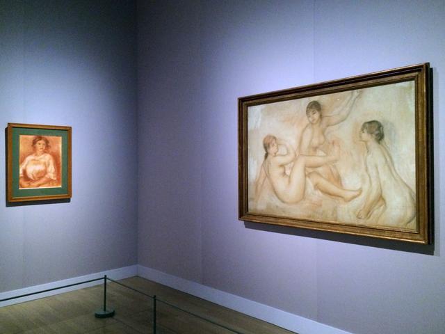 画像: 右:《水 の ほ と り の 3 人 の 浴 女(フィラデルフィア美術館蔵大水浴のための習作)》 1 8 8 2 - 1 8 8 5 年 頃 サンギーヌ、鉛筆、白チョーク/紙 オルセー美術館 © RMN-Grand Palais (musée d'Orsay) / Hervé Lewandowski / distributed by AMF 左:《椅子に座る娘》 1 9 0 8 - 1 9 0 9 年 サンギーヌ、擦筆、白チョーク、細部をなぞった鉛筆、パステル/簀目紙 オルセー美術館
