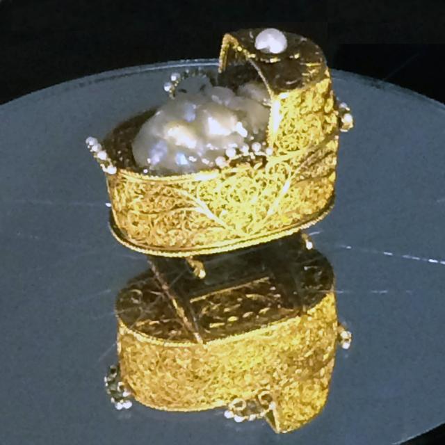 画像: オランダ(アムステルダム)の金工家 《赤ん坊を入れたゆりかご》 1695年頃 金 七宝 2個のバロック真珠 28個のダイヤモンド 20の真珠 真珠を縫いとめた青い絹 銘(裏面、2つの脚の間に)「AVGROR EVENIET」 フィレンツェ ウフィツィ美術館(銀器博物館)蔵 ⓒ Firenze, Gallerie degli Uffizi-Museo degli Argenti photo©cinefil
