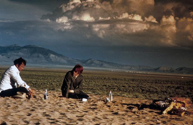 画像: 今年 1 月、この世を去ったデヴィッド・ボウイ。 このたび彼が初主演を務めた 1976 年公開の映画『地球に落ちて来た男』(ニコラス・ローグ監督)の追悼上映が決定いたしました。