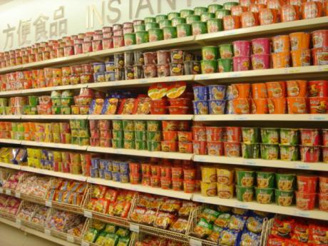 画像: 中国のスーパーに陳列されているインスタントラーメン http://kotaro605.blog57.fc2.com/blog-entry-926.html