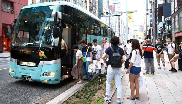 画像: 訪日中国人団体旅行客がバスに乗り込む写真 http://toyokeizai.net/articles/-/86475