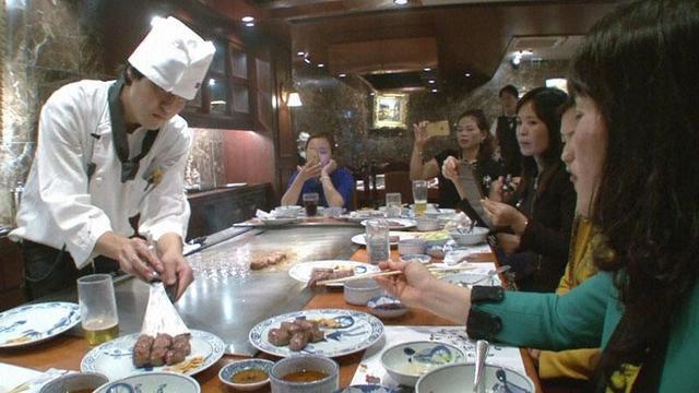 画像: 日本での食事を楽しむ中国人たち http://blog.fujitv.co.jp/tokudane-official/E20151123003.html