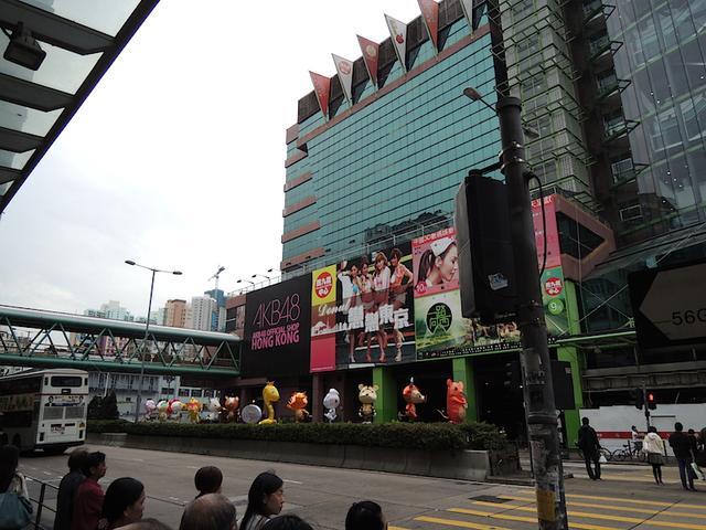 画像: 香港のAKBオフィシャルショップ前の様子 http://mukkumuku48.hateblo.jp/entry/20131130/1385818226