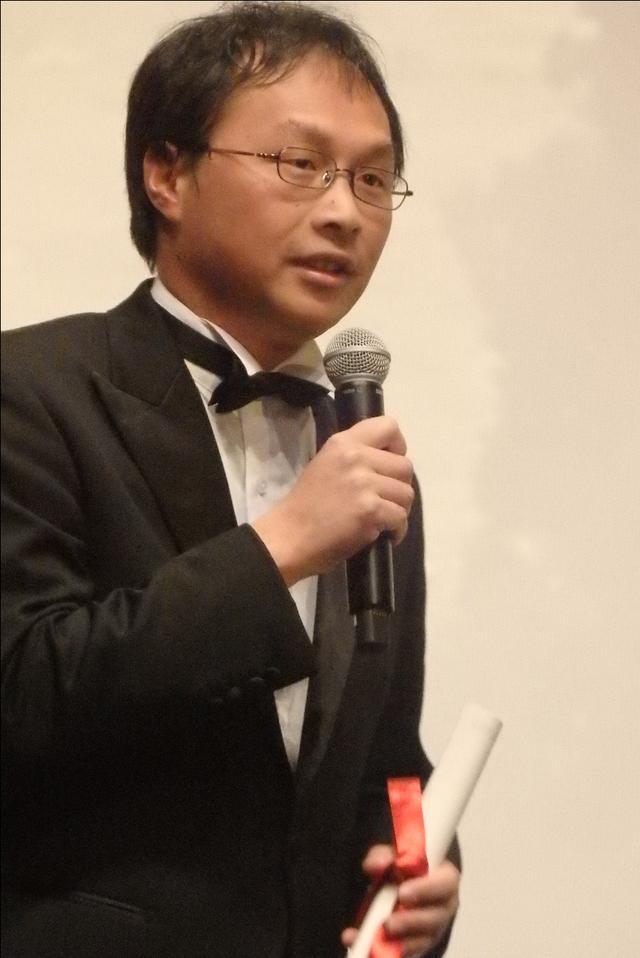 画像: 授賞式の壇上で熱弁を振るう深田晃司監督 Photo by Yoko KIKKA