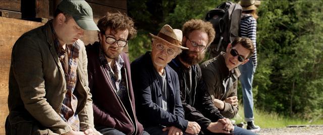 画像: 禅問答のように延々と映画の話しかしていないハーヴェイ・カイテル演じる映画監督ミック・ボイルとギークな若き映画脚本家たち、映画「グランドフィナーレ」より