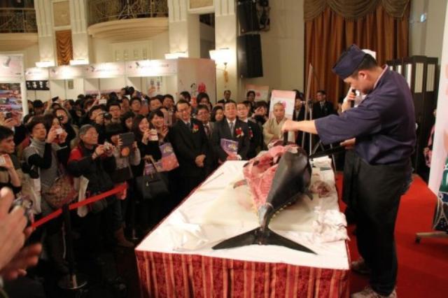 画像: 中国で行われた日中友好活動における中国では珍しいマグロの解体ショー http://www.insightchina.jp/newscns/2013/03/29/102189/