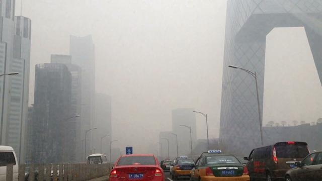 画像: 空気の汚染度が高い時期の北京の様子(空気が良い時期も当然あります) http://gigazine.net/news/20130205-beijing-pollution-breathing-bike/