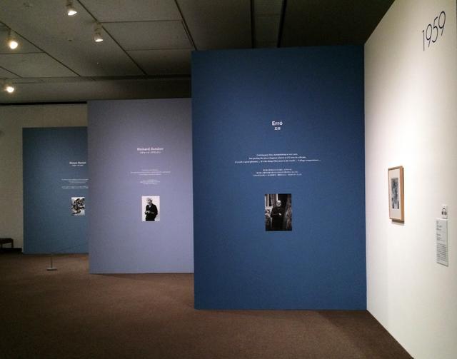 画像: ブルーの壁。作品の壁面に連続して、作者の写真と言葉があります。青色は年ごとに微妙に変えてあります。 photo©cinefil