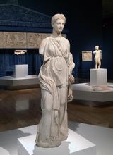 画像: 手前:アルテミス像 前100年頃 アテネ国立考古学博物館蔵 photo©cinefil