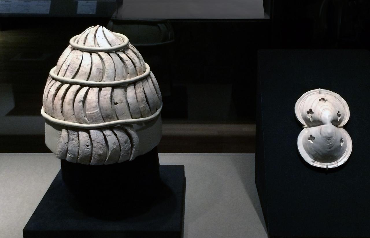 画像: 左:猪の牙の兜 前1375〜前1250年 レティムノ考古学博物館蔵 右:8の字形盾の象牙板 前13世紀 アテネ国立考古学博物館蔵 photo©cinefil