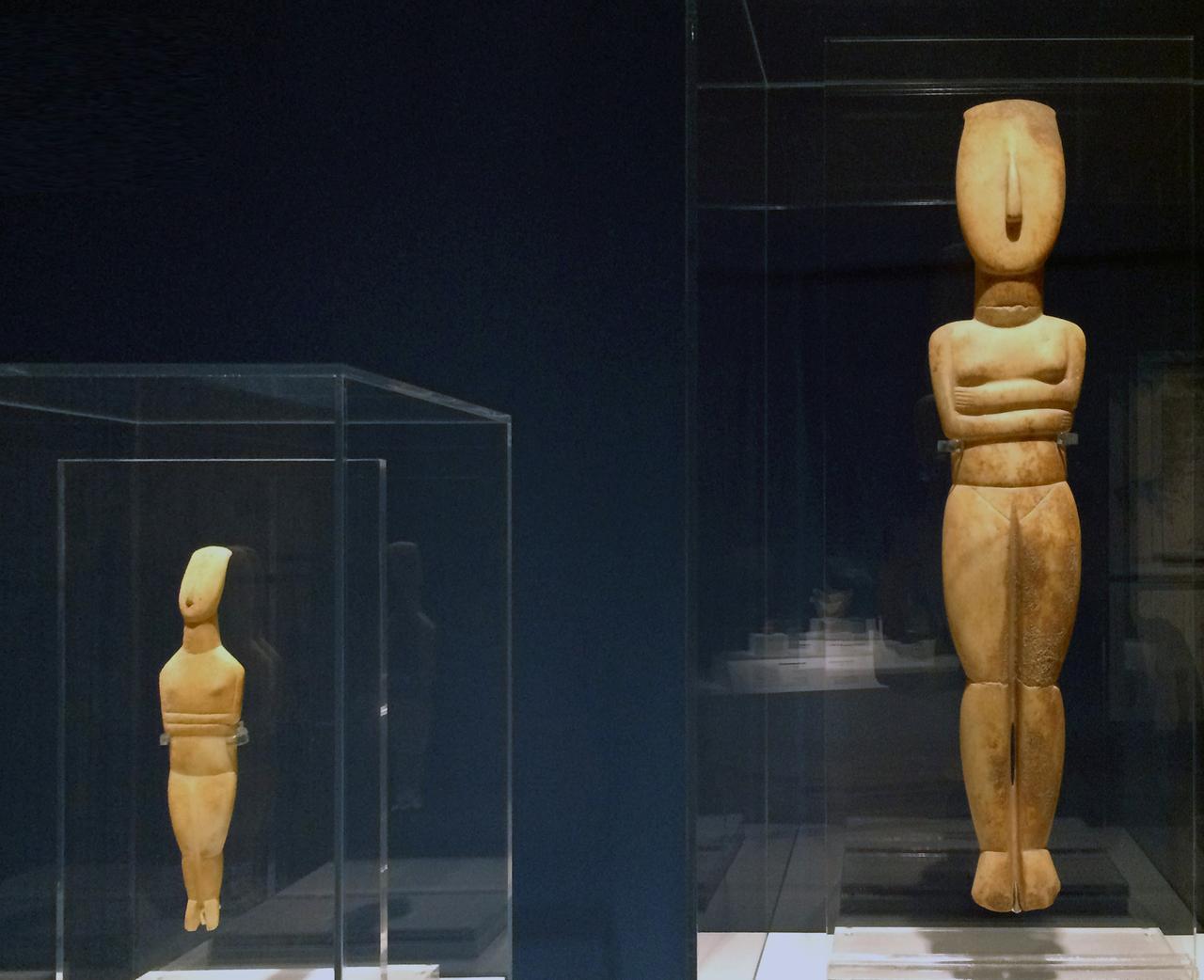 画像: 左:スペドス型女性像 初期キュクラデスⅡ期(前2800~前2300年)/ナクソス島出土か/高33.0cm、幅8.5cm/大理石/キュクラデス博物館蔵 右:スペドス型女性像 初期キュクラデスⅡ期(前2800~前2300年)/クフォニシア群島出土か/高74.3cm、幅16.0cm/大理石/キュクラデス博物館蔵 photo©cinefil