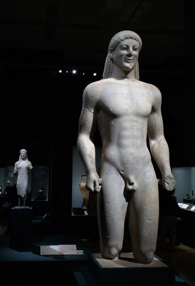 画像: 手前:クーロス像 前520年頃 アテネ国立考古学博物館蔵 photo©cinefil