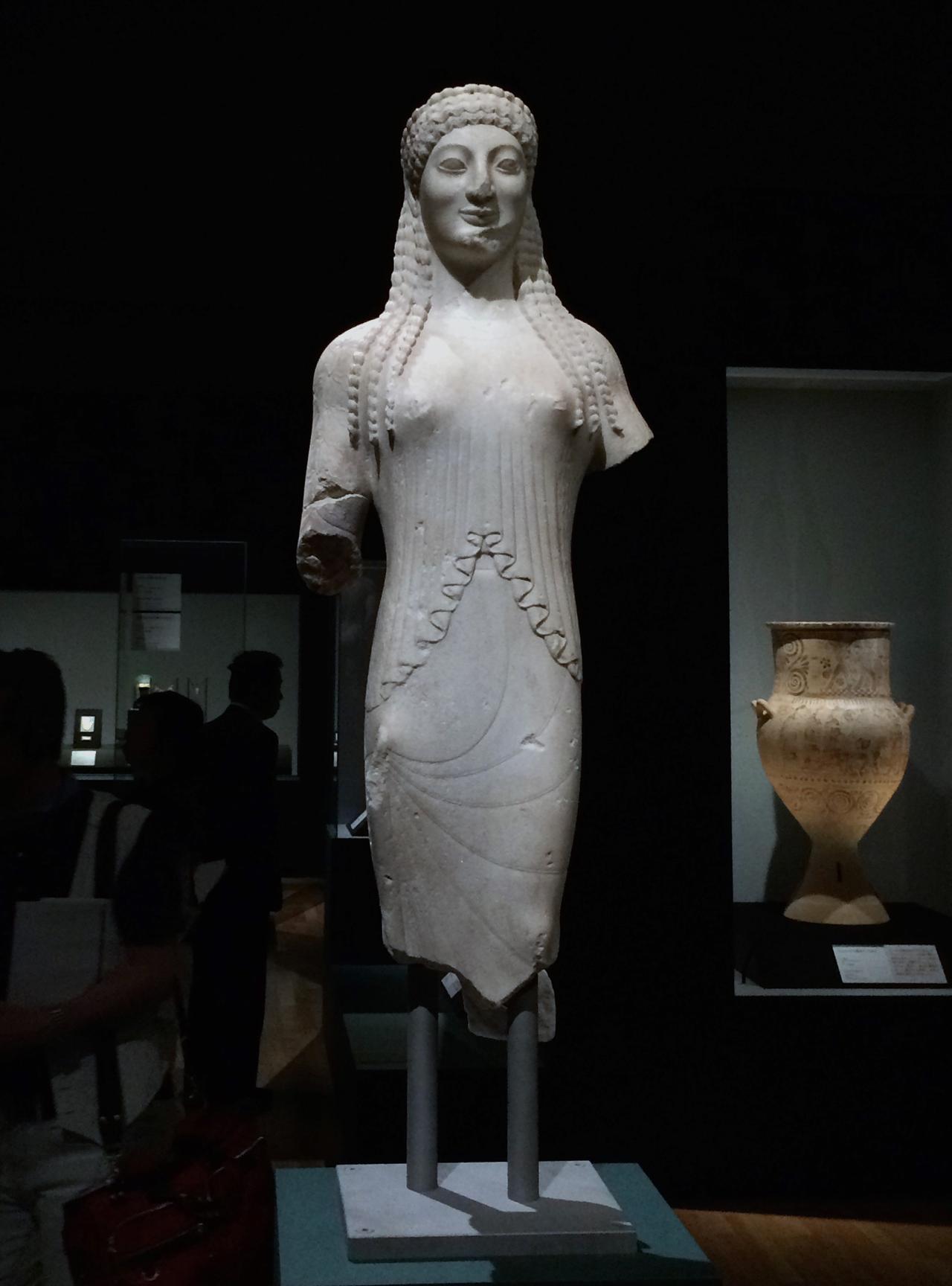 画像: 手前:コレー像 前530年頃 アクロポリス博物館蔵 photo©cinefil