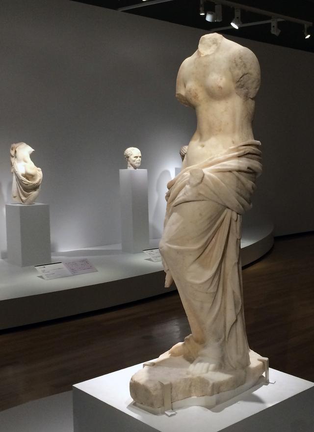 画像: 手前:アフロディテ像 2〜3世紀 アテネ国立考古学博物館蔵 photo©cinefil