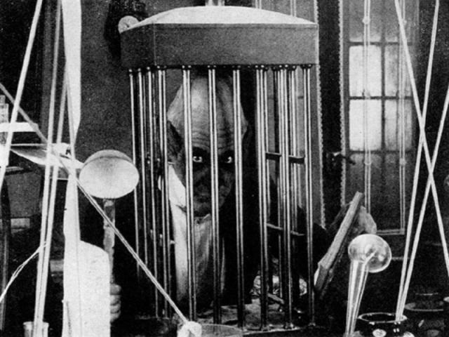 画像1: http://allenjohn.over-blog.com/article-la-folie-du-docteur-tube-abel-gance-1915-107719473.html