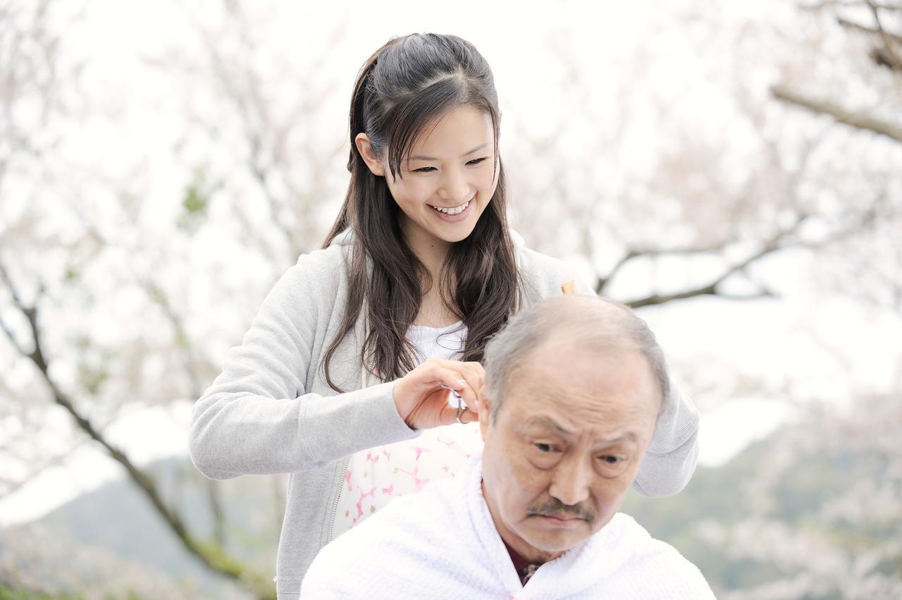 画像1: 父と娘、夫婦、そして家族。それはいつの時代にも大切な存在。